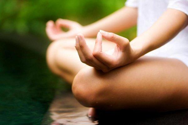La meditación está presente en una sesión practica de yoga