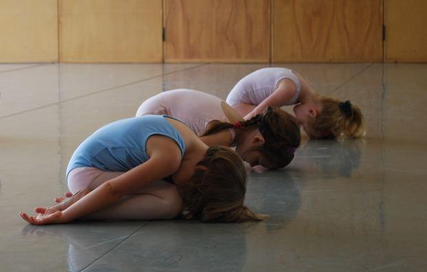 niños deben practicar yoga