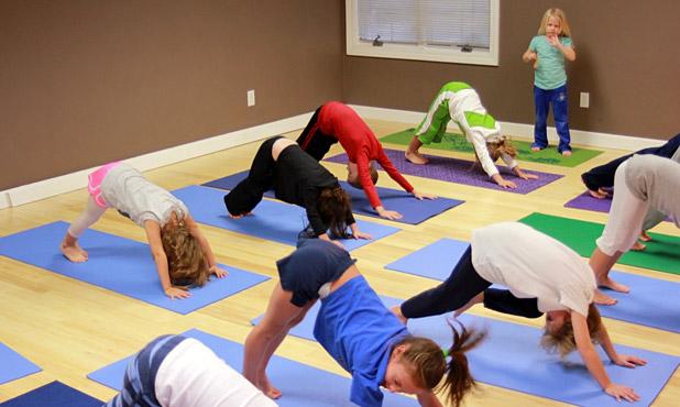 4 Maneras De Fomentar El Juego Con El Yoga Para Ninos Yogateca