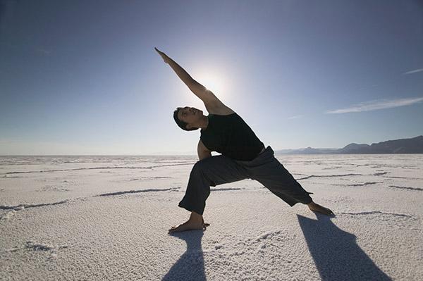 yoga-hombres-playa