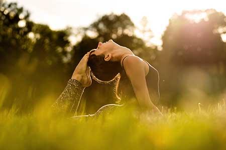 Postura de yoga del arco